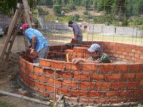 """Wilmor & Gerardo building a """"capuchino"""" cistern"""