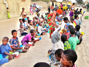 16th day - Community women distribute evening meal