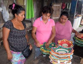 Estelita measuring baskets with artisans