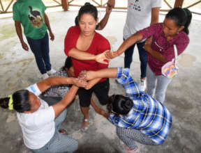 "Human knot ""light and lively"" in AVP workshop"