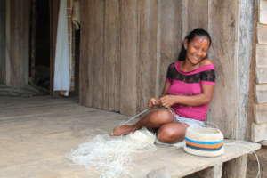Bora artisan Liz weaving chambira bag