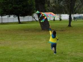 Flying a kite / Elevando cometas