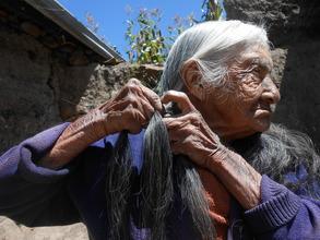 A woman in Cotopaxi region braiding her hair