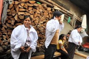 The new Santiago Atitlan beekeepers try their gear