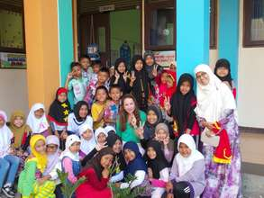 Andi with elementary school students