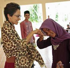 Hannah teaching in Indonesia - S2S