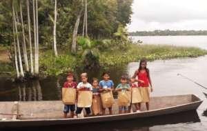 Children from Menino Deus receiving the Playbook