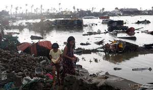 Residents survey damage, REUTERS/Erik De Castro