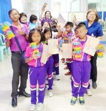 Volunteer help distribute to children