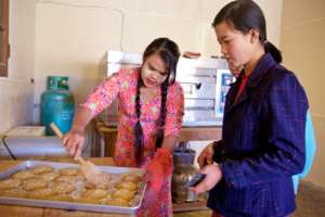 The girls learning muffin making