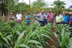 Jorge training Nicaraguan farmers.