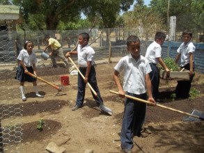 Silvio Mayorga students digging the earth