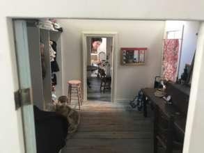 Anna inside the set of Yo's house