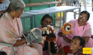 Teachers learn to use puppets to weave a story