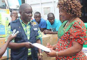 UNFPA staff delivers maternal health supplies