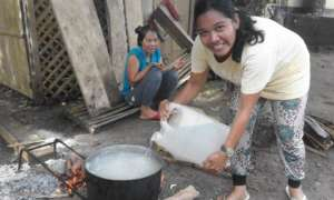 Moms making soup with fresh water at Bunot ES