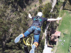 Chris bungee jumping for Picaflor!