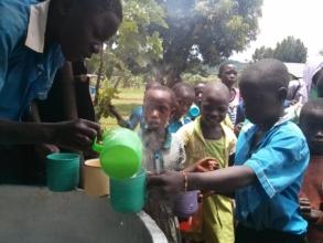 Children serving porridge to their collegues