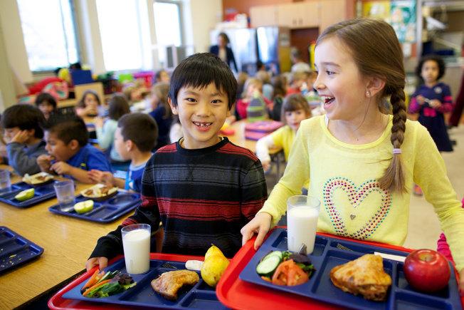 Trẻ em ăn trưa tại trường học nước ngoài