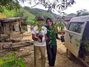 Luiz receiving seedlings