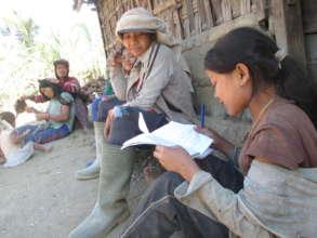 Jatituhu student interviewing women
