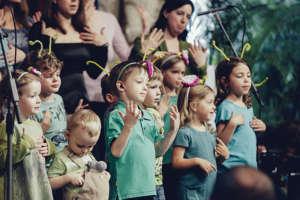 kinderhande Choir performance at the town hall