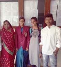 Poonam With Sushma, Their Brother And Mother