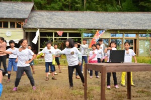 Children from Kumamoto perform local dance