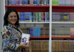 Indira Morales, AMNLAE Coordinator, choosing books