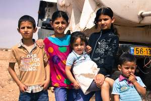 Mahmoud, Aya and Asmaa with their little siblings