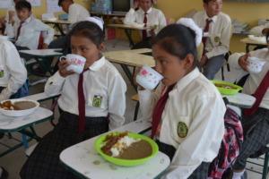 Ninos disfrutando almuerzo/Children enjoying lunch