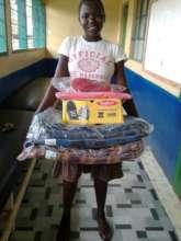Scovia mit ihrer neuen Schulausrustung