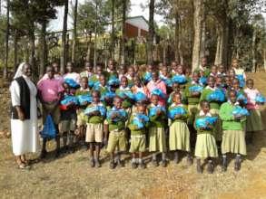 Die Kinder beim Empfang der Spenden