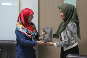 Presenting a token of appreciation to SENS alumni