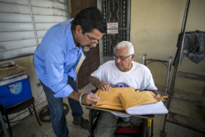 Fermin Arraiza offers legal assistance to Roberto.
