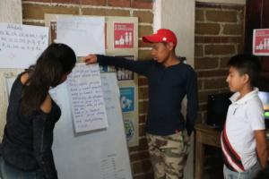 Julisa, Israel y Pedro reading a tale