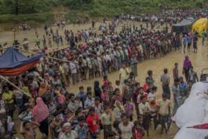Rohingya refugee waiting for food