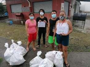 A DANZAREA's family, receiving their food bags