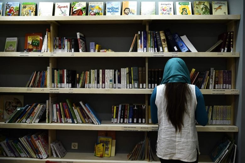A library to welcome the refugees in Athens!