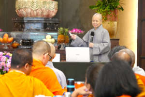 Ven. Hwei Facilitating a Session