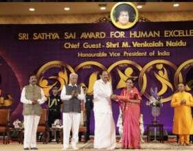 Dr Ambika Kameshwar receiving an award .