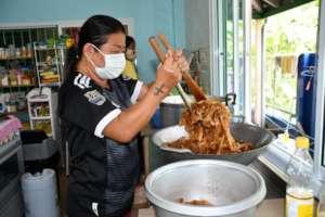 Making phad thai