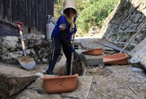 Activities to take out mud accumulated in the road