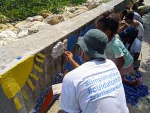 Finishing touches eco mural in Cano del Oro