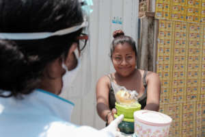 The CrecemosDIJO team delivering meals