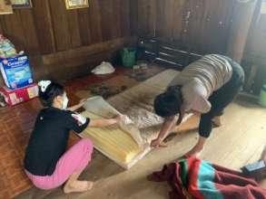 Tanqua sets up new mattress for elderly man