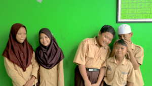 Tunas Karya kids playing friendly for the picture