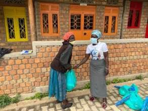 Parent receiving food donation