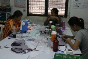 Students volunteer at Mask product project