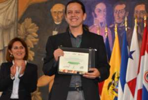 Cesar Garcia receives the award by OEI